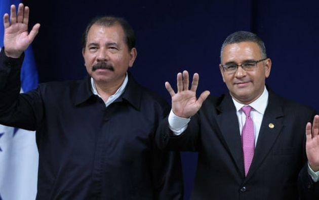 El presidente de Nicaragua, Daniel Ortega, junto al expresidente Mauricio Funes. Foto: AFP