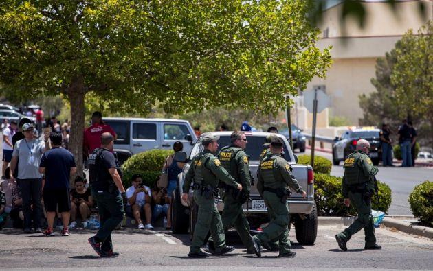 Varias personas murieron y otras resultaron heridas en un tiroteo en un centro comercial de El Paso, Texas. Tres sospechosos fueron detenidos. Foto: AFP.