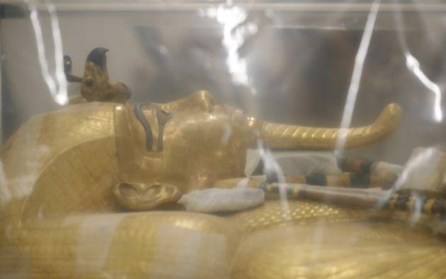 El sarcófago de madera dorado, de 2,23 metros, está decorado minuciosamente con una imagen de Tutankamón sujetando los atributos de los faraones, el cayado y el mayal. Foto: AFP.