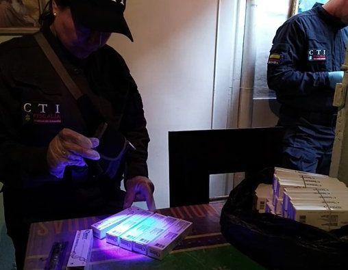 Las autoridades colombianas desarticularon una red criminal que ingresaba al país medicamentos de contrabando, muchos de ellos en mal estado y vencidos. Foto: Fiscalía de Colombia.