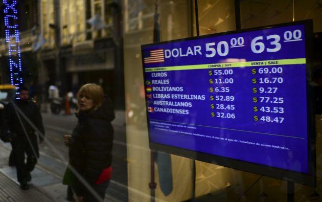 El nerviosismo se apoderó de la 'city porteña' donde en las pizarras la moneda abrió en 53 pesos pero rápidamente cayó hasta los 60 por dólar estadounidense. Foto: AFP