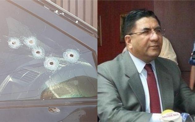 En la ventana y en el retrovisor hay orificios de bala.