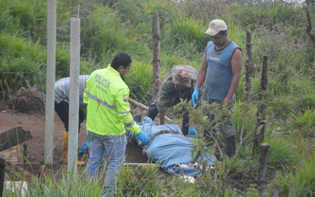 Uno de los cuerpos estaba en la parte posterior de la vivienda. Foto: Diario El Universo.