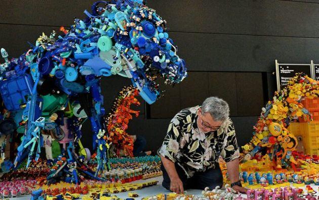 """Entre las """"piezas"""" de este bestiario jurásico se encuentran personajes de Disney. Foto: AFP."""