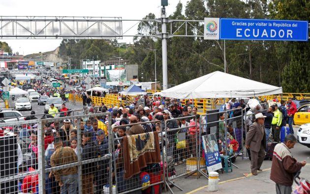 Venezolanos y otros migrantes esperan en la frontera con Colombia, en el puesto de control del puente Rumichaca. Foto: Reuters.