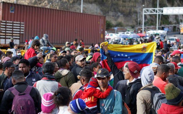 Las Policía de Colombia tuvo que emplear de forma limitada la fuerza la noche del lunes para empujar a los cientos de migrantes del país caribeño y reabrir el paso en Rumichaca. Foto: Reuters.