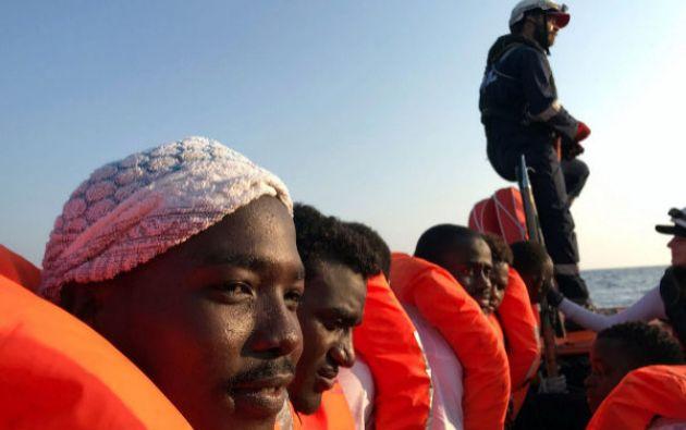 La ONG italiana rescató a este centenar de personas cuando se encontraban a la deriva en el Mediterráneo. Foto: AFP.