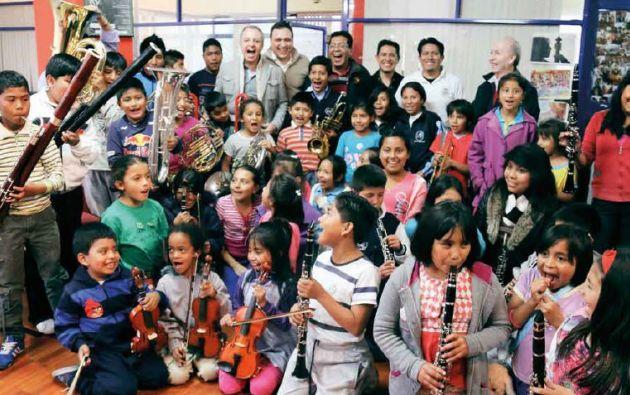 Junto al cantante Alberto Plaza, los niños de la Orquesta de Colores en sus primeros años en el grupo.