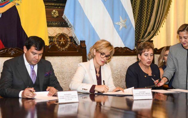 La alcaldesa se reunió con Paulina Aguirre, presidenta de la CNJ, y con César Litardo, titular del Legislativo.