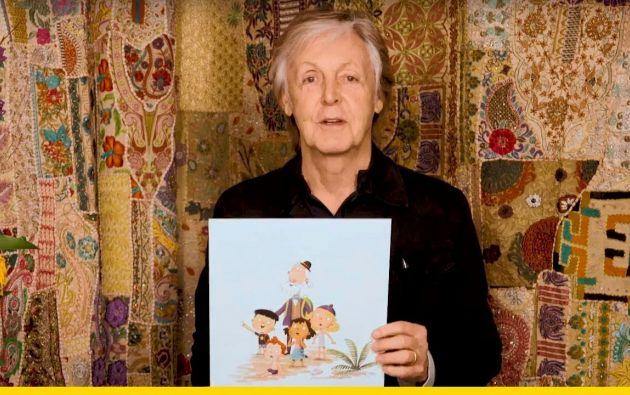 El protagonista del cuento, Grandude, tiene barba gris, un moño, un pequeño sombrero, una brújula mágica y toca la guitarra. Foto: AFP.