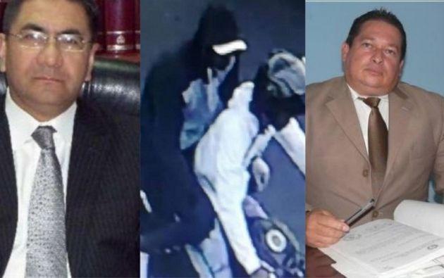 Al costado izquierdo, el abogado Raúl Llerena Guerrero; a la derecha el exfiscal de Daule Carlos Karolys.