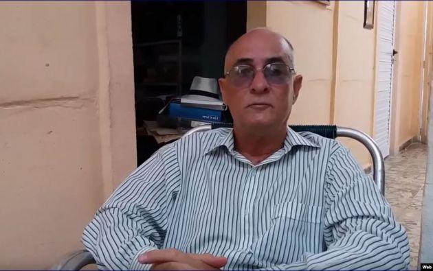 Según el periodista Roberto de Jesús Quiñones, fue detenido sin motivo aparente, esposado, conducido a la comisaría y golpeado en varias ocasiones.