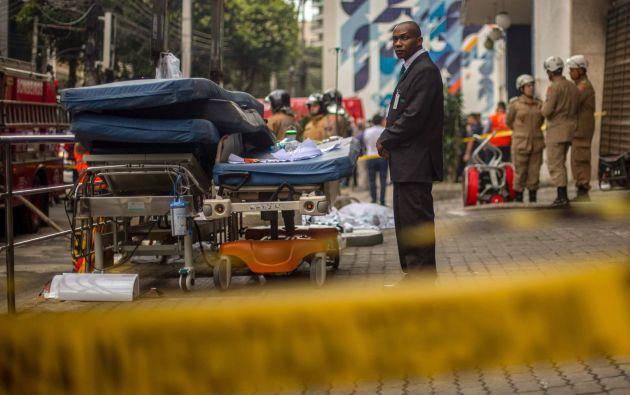 El centro médico informó que la causa del incendio fue un cortocircuito en el generador de energía de uno de los edificios. Foto: AFP.