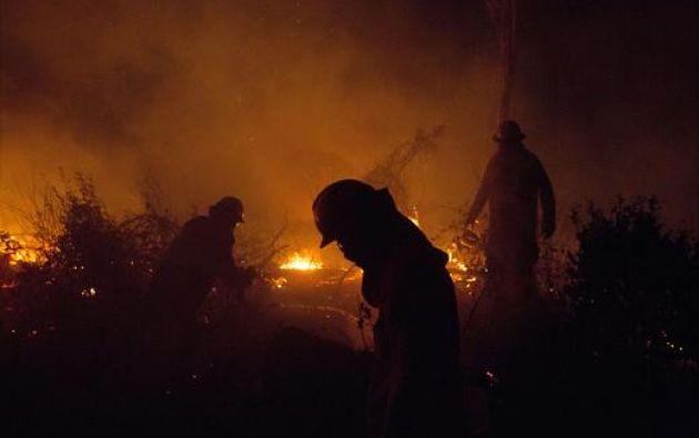 """El fuego se ha cebado cerca de algunas comunidades y en los bosques o reservas forestales, donde las llamas son """"interminables"""". Foto: Reuters."""