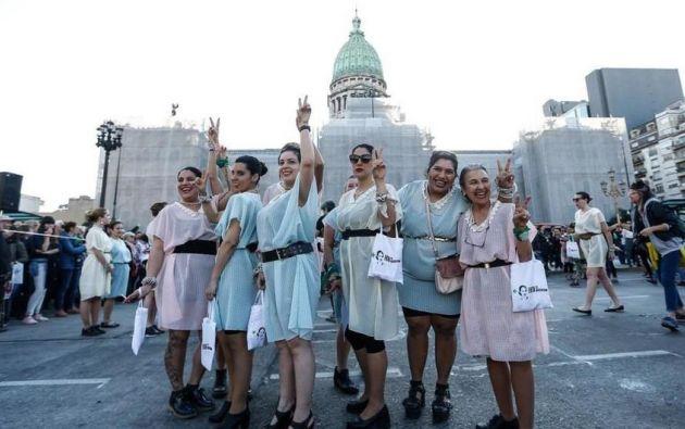 Disfrazados de Eva Perón, hombres y mujeres bailaron la marcha peronista en la plaza del Congreso argentino. Foto: AFP.