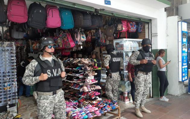 Tres locales sobre la avenida Boyacá entre las calles Vélez, Aguirre y Luque fueron inspeccionados por Aduana de Ecuador.