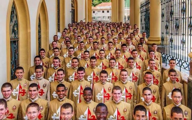 Los Arautos do Evangelho fueron fundados por el brasileño João Scognamiglio Clá Dias en 2001, bajo derecho pontificio.
