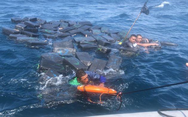 Una vez a salvo, los hombres declararon que había un cuarto acompañante antes de que su lancha naufragara. Foto: Armada de Colombia.