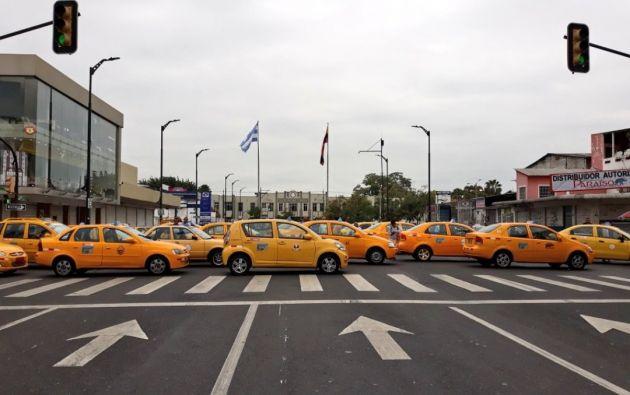 En Guayaqui, taxistas bloquearon un tramo de la avenida Machala.