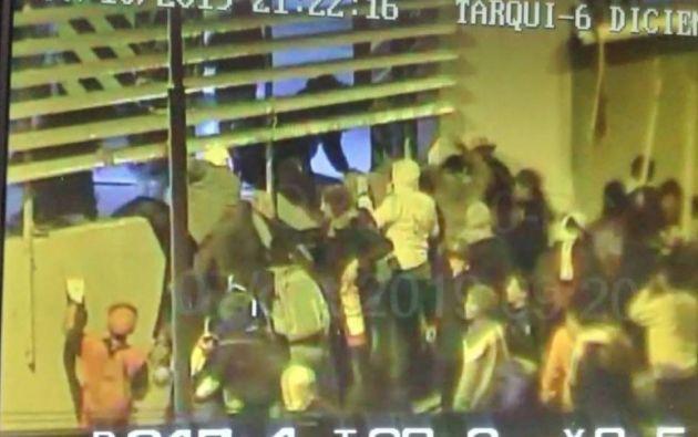En un video difundido en redes sociales se observa a un grupo de personas que ingresa a la sede de la Contraloría General del Estado.