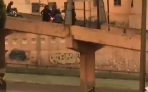 El video muestra a manifestantes huyendo de los policías y para lograrlo cruzan el puente. Foto: Captura.