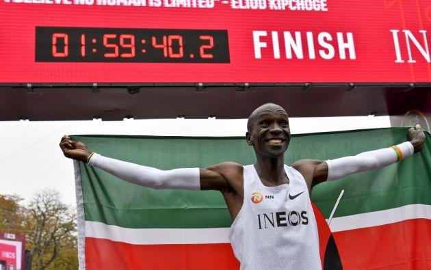 El keniano Eliud Kipchoge dinamitó el muro de las dos horas en un maratón (1h59:40). Foto: AFP.