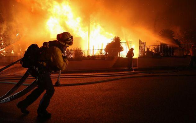 Las llamas, que ya obligaron a evacuar a unas 100.000 personas, seguían fuera de control. Foto: AFP.
