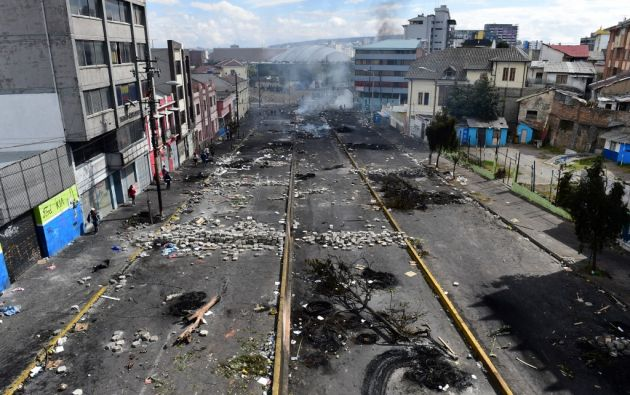 Quito amaneció con vías obstruidas, calles ennegrecidas por fogatas, avenidas cerradas y la huella de una dura protesta. Foto: AFP.