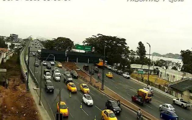 El tráfico fluye en el Puente de la Unidad de Guayaquil, que fue cerrado en varias ocasiones por las protestas. Foto: Ecu 911.