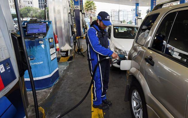 """Las estaciones de servicio lucían hoy carteles que deban cuenta de un valor de 1,85 dólares por galón de gasolina """"extra"""". Foto: AFP"""
