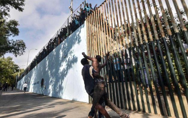 Los migrantes son responsables de delito de desórdenes públicos, lesiones leves y delito de daños. Foto: AFP.