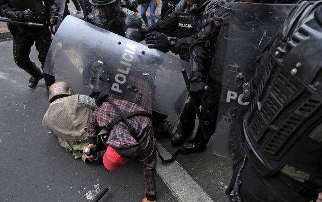 Periodistas de 'El Comercio' son atacados por la policía durante una protesta. Foto: AFP