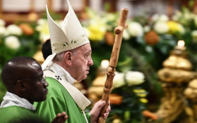 Una de las estatuillas, junto con otros objetos simbólicos, estuvieron en la basílica de San Pedro. Foto: AFP