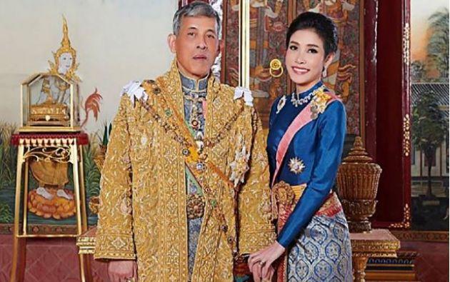 El rey de Tailandia posa junto a su concubina Sineenat Wongvajirapakdi, quien fue guardaespaldas real. Foto: AFP.