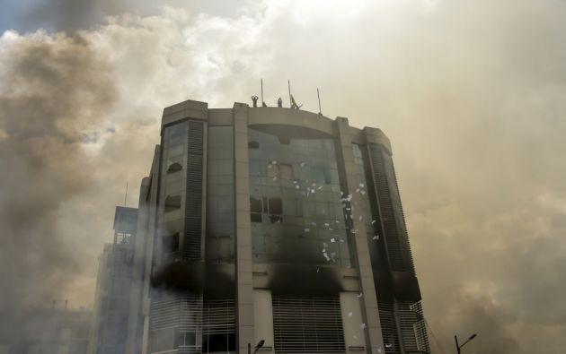 De acuerdo a Celi, en el incendio hubo pérdida documental y destrucción de la infraestructura de trabajo. Foto: AFP