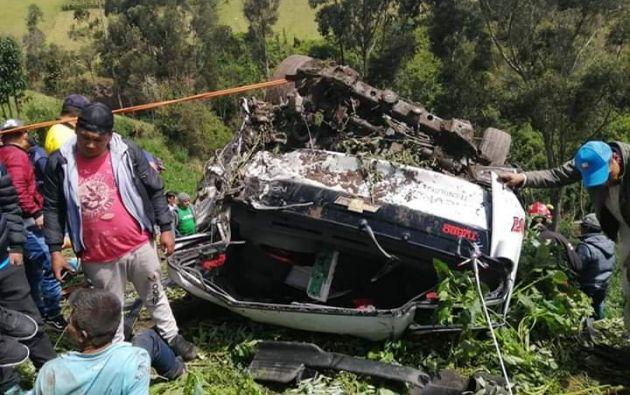 El camión en el que viajaban chocó contra una camioneta y, producto del impacto, el primero cayó por una pendiente de la montaña.