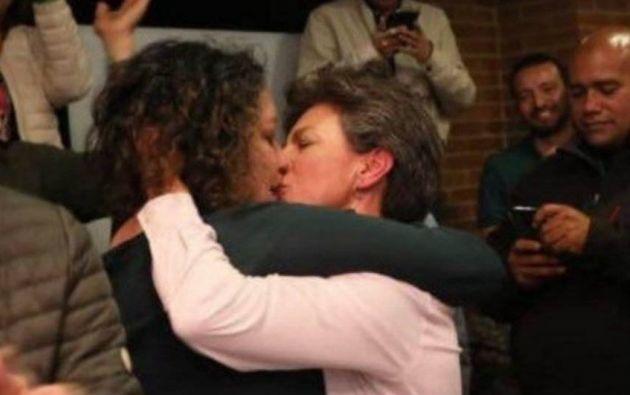 Después de conocer los resultados de su victoria en la Alcaldía de Bogotá, Claudia López besó con emoción a su pareja.