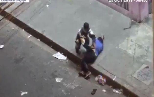El video capta el momento en que un sujeto saca una jeringa de su bolsillo, e inyecta una sustancia desconocida a otro hombre que está tirado en la vereda.