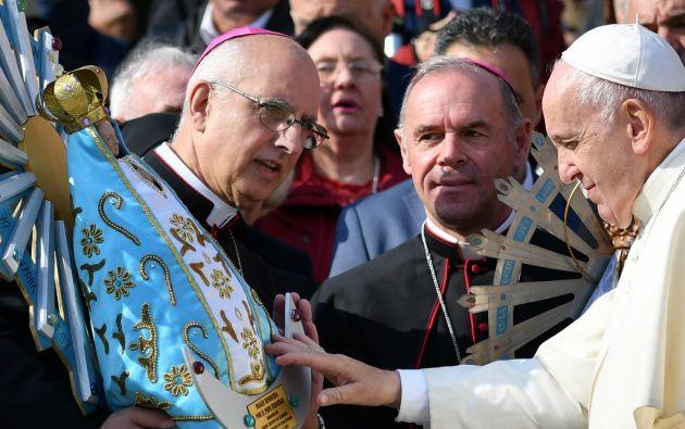 El papa Francisco bendijo hoy la estatua de nuestra Señora de Luján que regresa a Argentina. Foto: AFP.