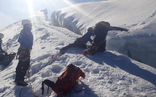 El grupo de excursionistas cruzó un puente natural de hielo, en ese momento se abrió una grieta. Foto: Twitter Policía