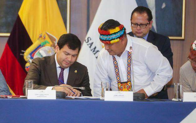 La entrega la realizó Jaime Vargas, presidente de la Confederación de Nacionalidades Indígenas del Ecuador.