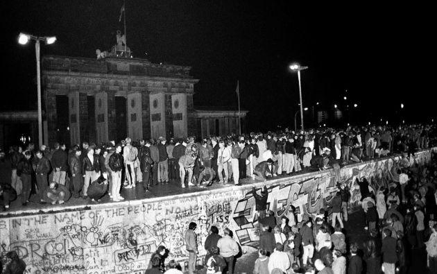 Hace 30 años, en medio de la euforia de unos y la perplejidad de otros, caía el muro que dividió a Alemania durante 28 años. Foto: Reuters.