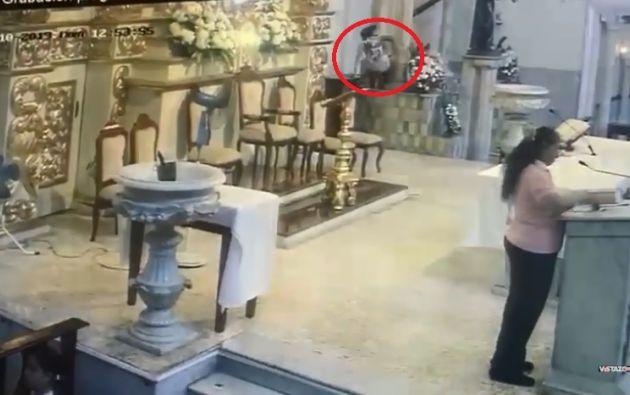 La ciudadana fue captada por una cámara de vigilancia en el momento en el que empujó  la imagen.