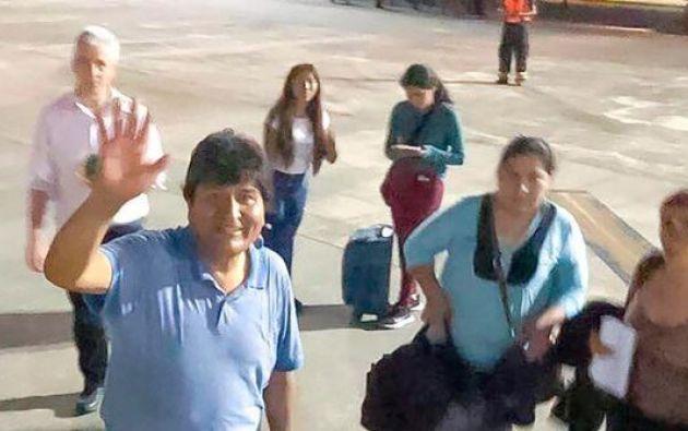 Al exgobernante lo acompañan su hijo y el ex vice presidente Álvaro García.