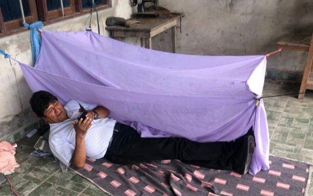 El expresidente de Bolivia publicó esta imagen en su twitter, de cómo durmió la primera noche tras su renuncia.