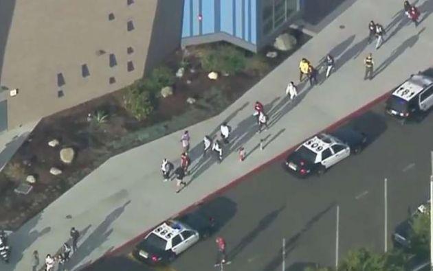 La secundaria fue escenario de un importante despliegue policial, según imágenes transmitidas por la televisión local.