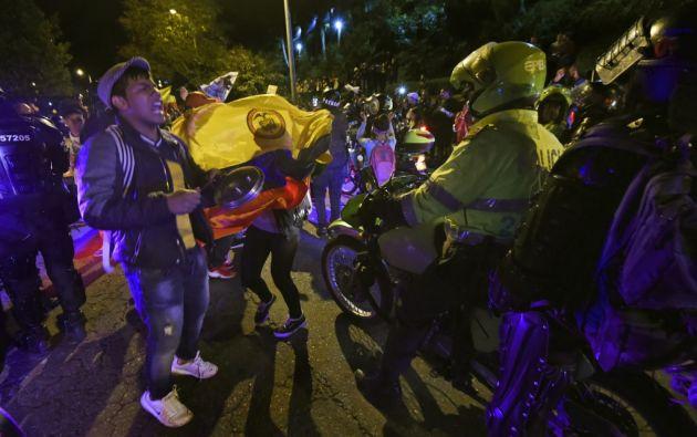 Medio millar de manifestantes cantaron el himno nacional frente al domicilio particular del mandatario derechista. Foto: AFP
