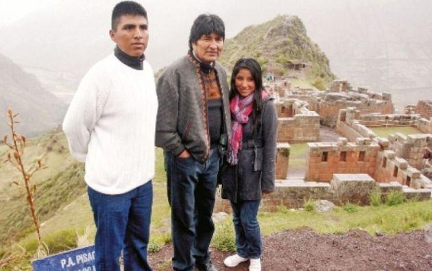 Evo Morales junto a sus dos hijos, ahora de 24 y 25 años.