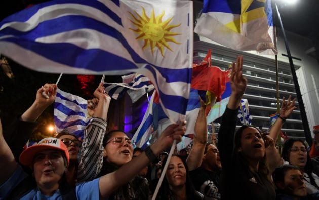 El primer conteo dio 48,71% de los sufragios a Lacalle Pou y 47,51% a Martínez. Foto: AFP
