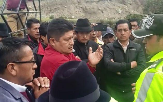 Vargas advierte a un policía que puede haber alguna reacción de la gente.